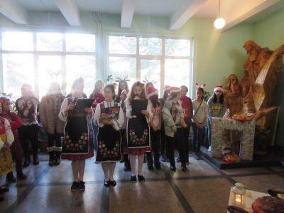 Коледен празник около елхата - ОУ Св. Св. Кирил и Методий - Карлово