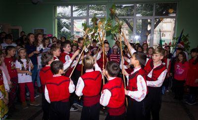 Коледен празник около елхата 2017/2018 - ОУ Св. Св. Кирил и Методий - Карлово