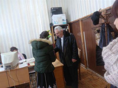 Учениците поздравяват общинската администрация по случай 1 мар - ОУ Св. Св. Кирил и Методий - Карлово